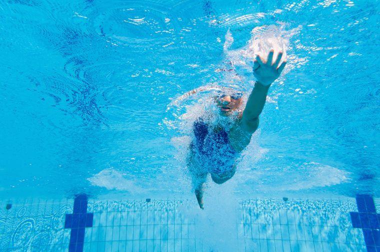 женщина плавает для похудения